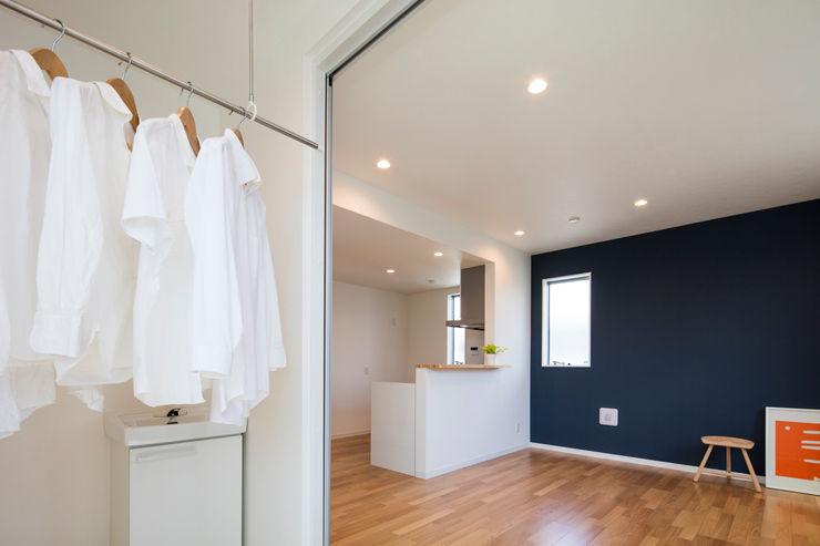 インナーバルコニー|東京都足立区|収納の家 homify モダンデザインの ドレッシングルーム 白色