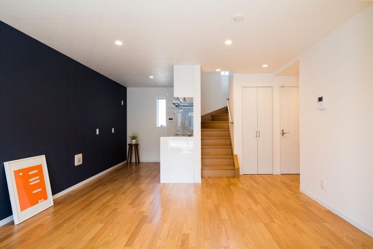 リビング階段|東京都足立区|収納の家 homify モダンデザインの リビング 青色