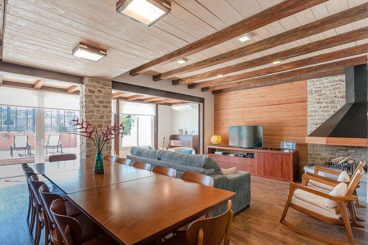 RHAJA ARQUITETURA Rustic style dining room