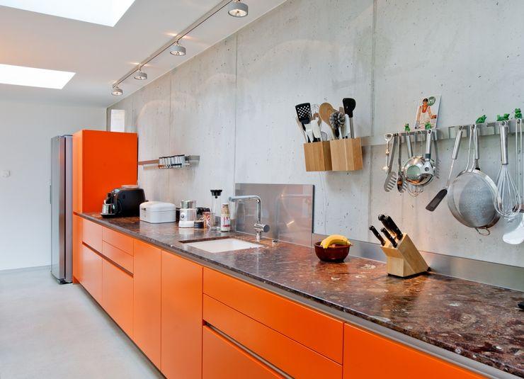 RÄUME + BAUTEN 現代廚房設計點子、靈感&圖片 Orange