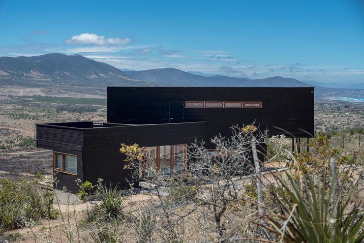 vista lateral, fachada nor oriente Thomas Löwenstein arquitecto Casas de estilo rústico Madera Negro
