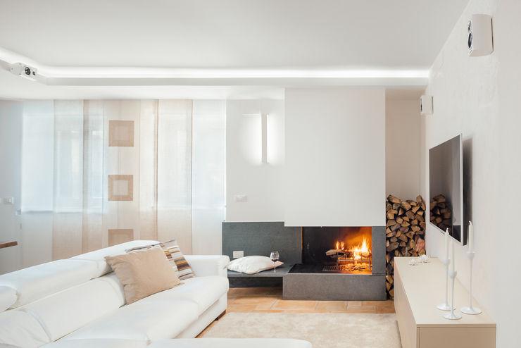 camino in pietra lavica manuarino architettura design comunicazione Soggiorno moderno Bianco