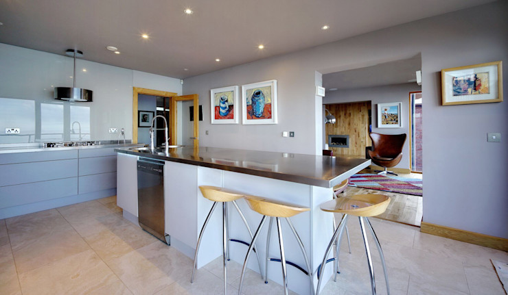 A large Island perfect for Relaxed Family Eating ADORNAS KITCHENS Modern kitchen Wood Brown