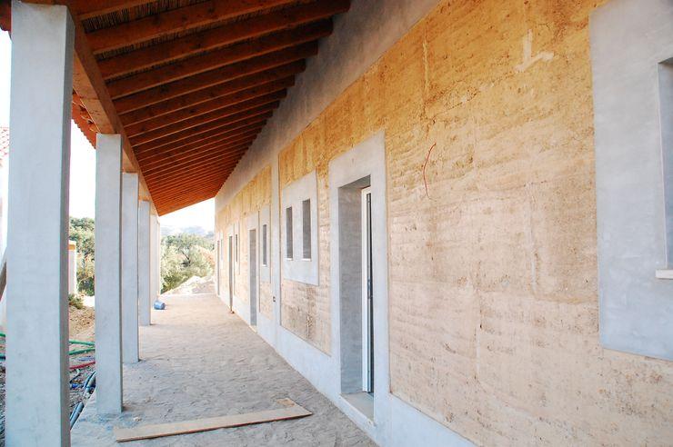parede exterior em taipa tradicional Arq2T. Atelier Casas rústicas