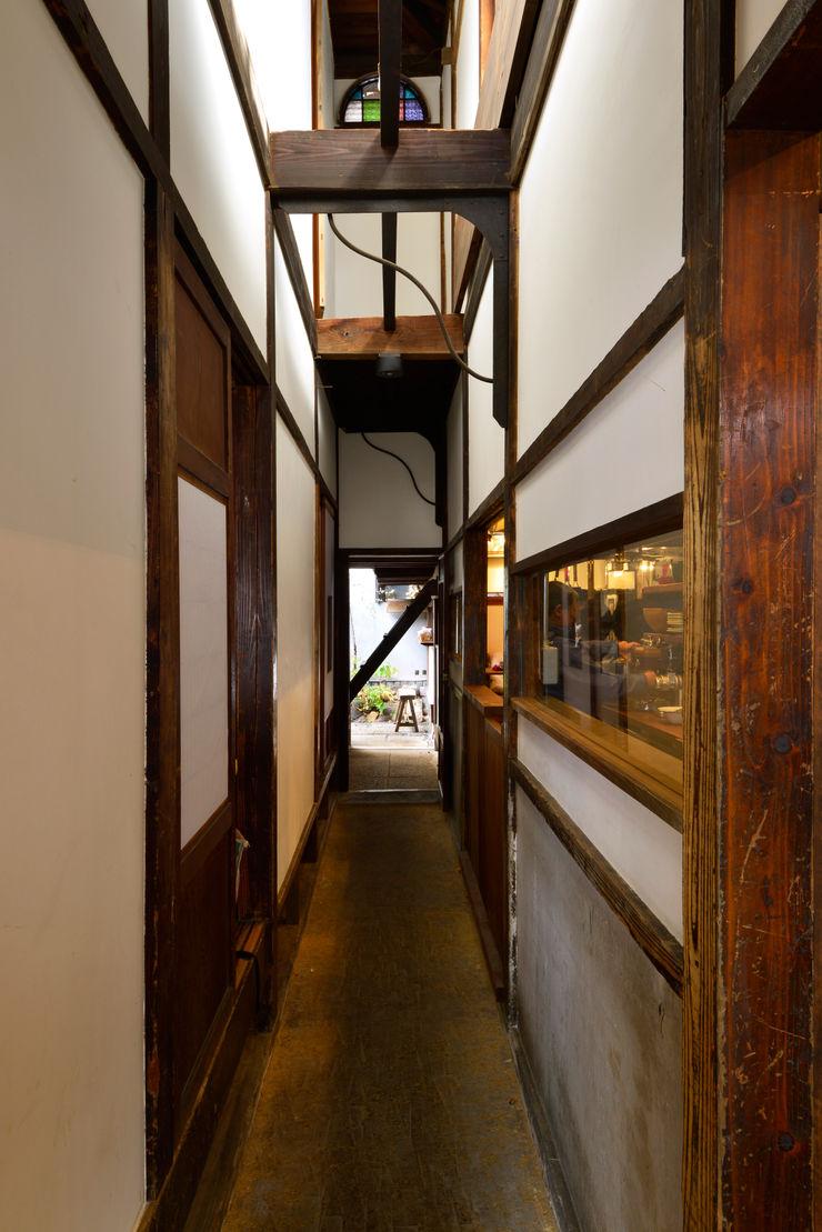 株式会社SHOEI Eclectic style corridor, hallway & stairs