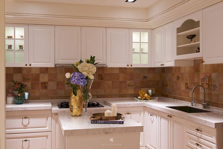理絲室內設計有限公司 Ris Interior Design Co., Ltd. KitchenCabinets & shelves Multicolored