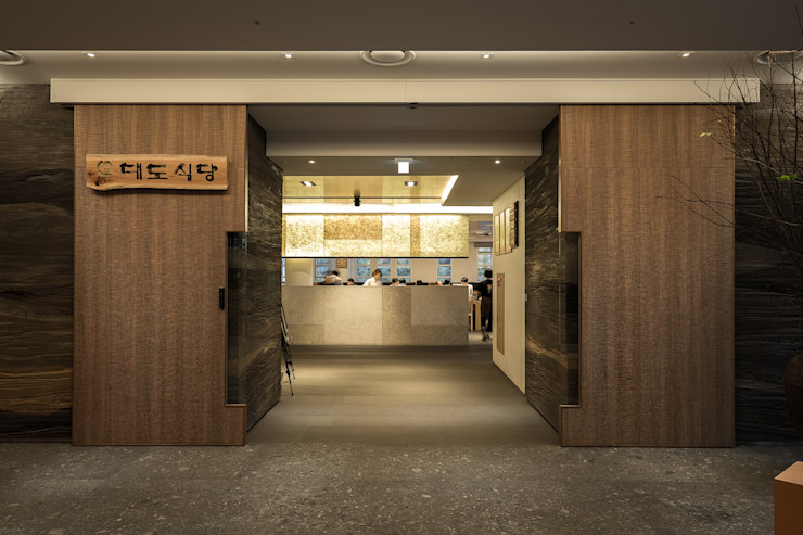 RAW DESIGN STUDIO Modern media room