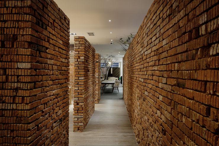 RAW DESIGN STUDIO Modern walls & floors