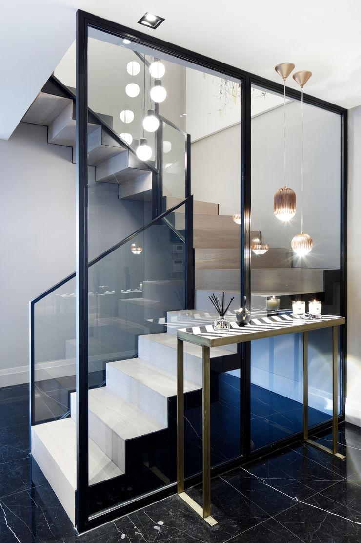 stairs Esra Kazmirci Mimarlik Modern corridor, hallway & stairs Black
