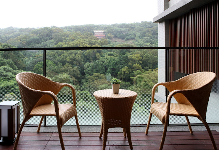 黃宏輝建築師事務所 Eclectic style balcony, veranda & terrace Wood-Plastic Composite Brown
