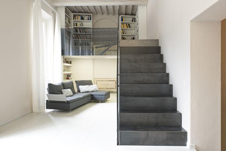 scala Luca Doveri Architetto - Studio di Architettura Ingresso, Corridoio & Scale in stile minimalista