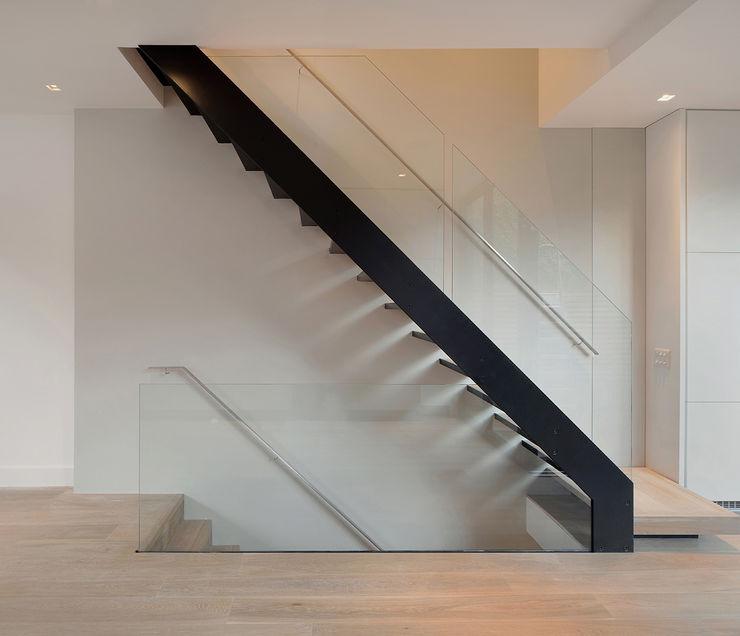 St Paul Street Ciarcelluti Mathers Architecture Minimalist corridor, hallway & stairs Aluminium/Zinc Black