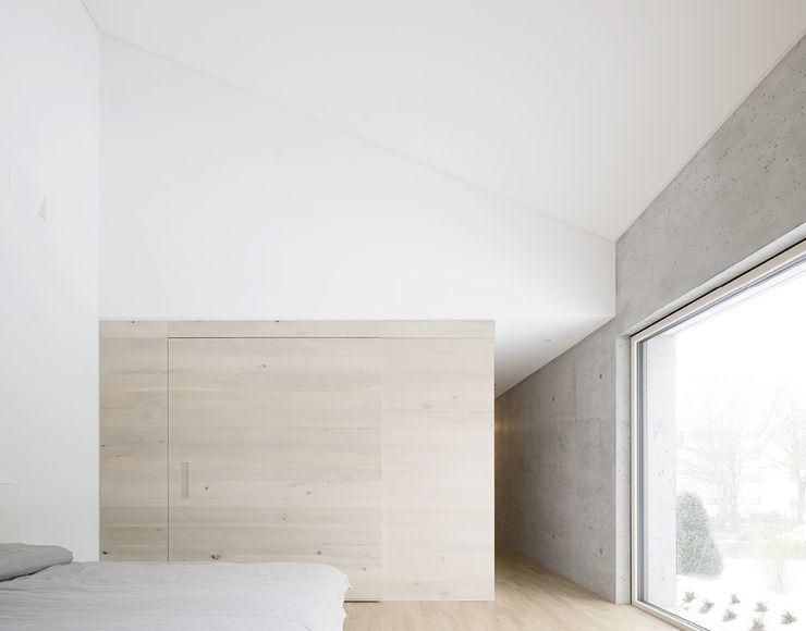 E20 Wohnhaus steimle architekten Minimalistische Schlafzimmer