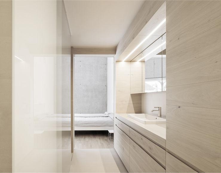 E20 Wohnhaus steimle architekten Minimalistische Badezimmer