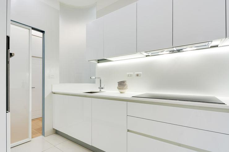 Un'abitazione di una giovane coppia nel cuore di Roma SERENA ROMANO' ARCHITETTO Cucina minimalista Bianco