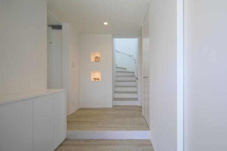 玄関 ㈱ライフ建築設計事務所 モダンスタイルの 玄関&廊下&階段 白色