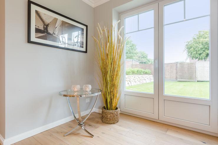 Einrichtung Musterwohnung in Westerland auf Sylt Home Staging Sylt GmbH Moderne Wohnzimmer