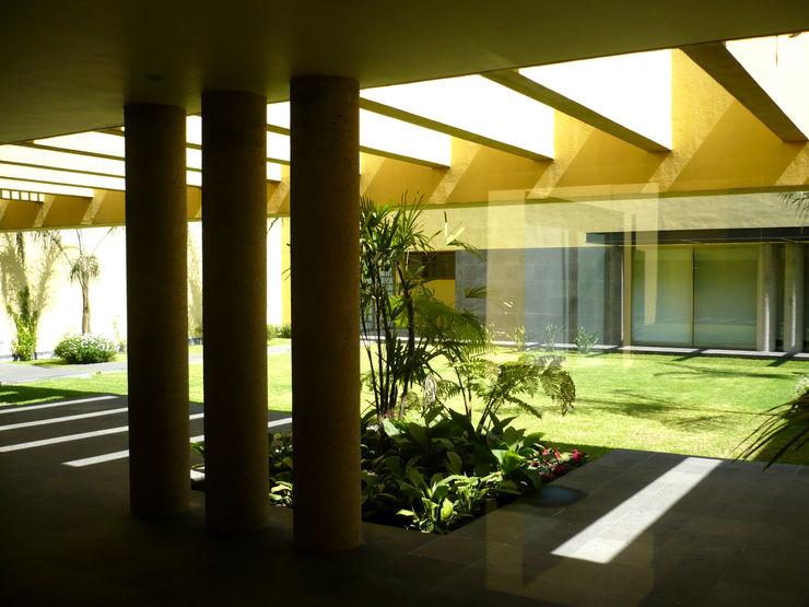 Can SeV Taller A3 SC Balcones y terrazas de estilo moderno Piedra Amarillo