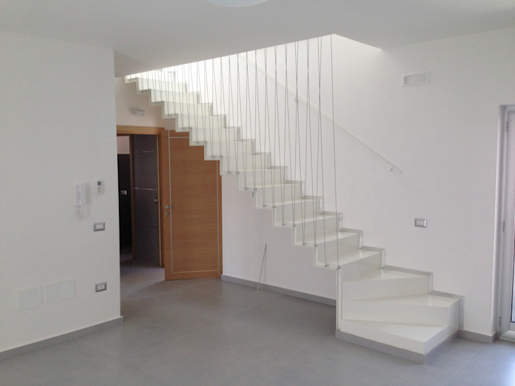 D&F House- San Marcellino SaMi Architetti Ingresso, Corridoio & Scale in stile minimalista Bianco