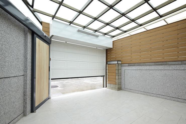 映荷空間設計 Garagens e arrecadações modernas