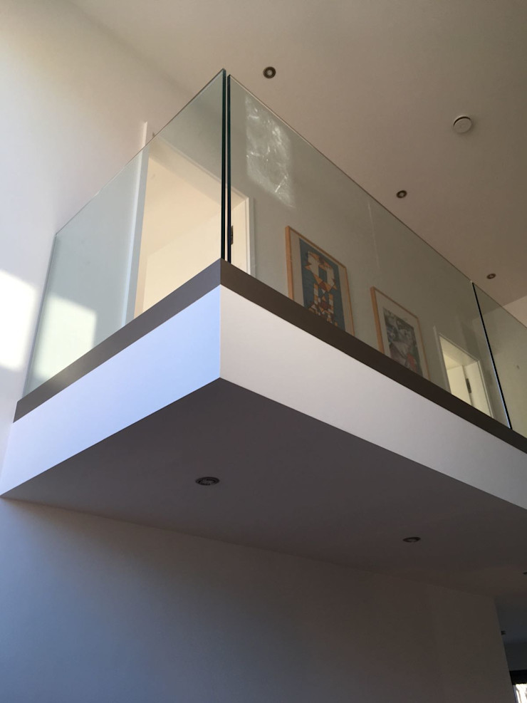 Kragarmtreppe Dreieich lifestyle-treppen.de Moderner Flur, Diele & Treppenhaus Glas