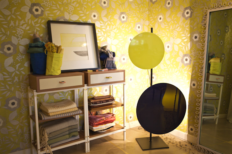 Un allegro boudoir ORNAMENTS Negozi & Locali commerciali in stile eclettico Giallo