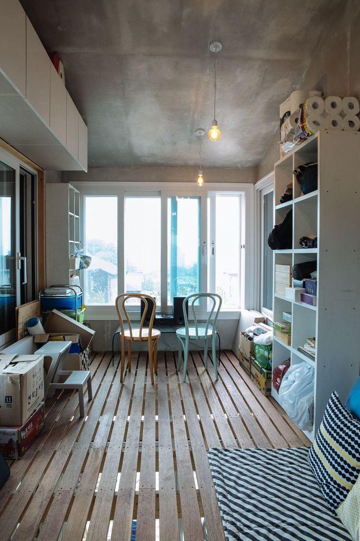 구름집 02-338-6835 Moderner Balkon, Veranda & Terrasse Holz Weiß
