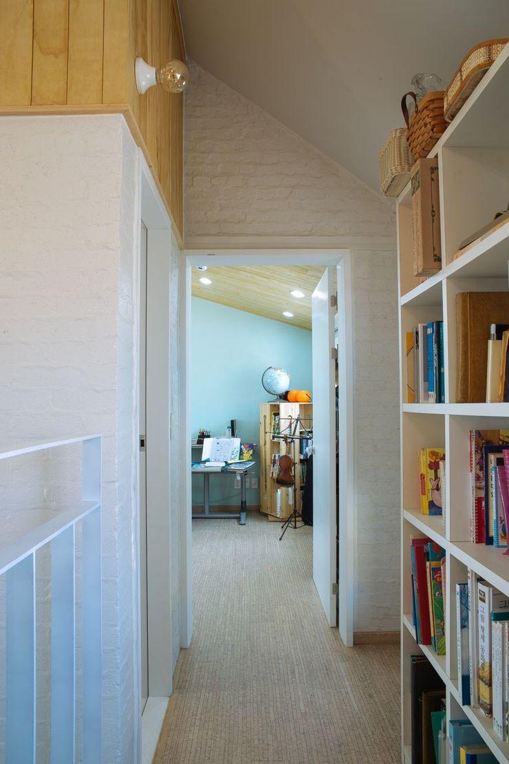 구름집 02-338-6835 Moderner Flur, Diele & Treppenhaus Ziegel Weiß