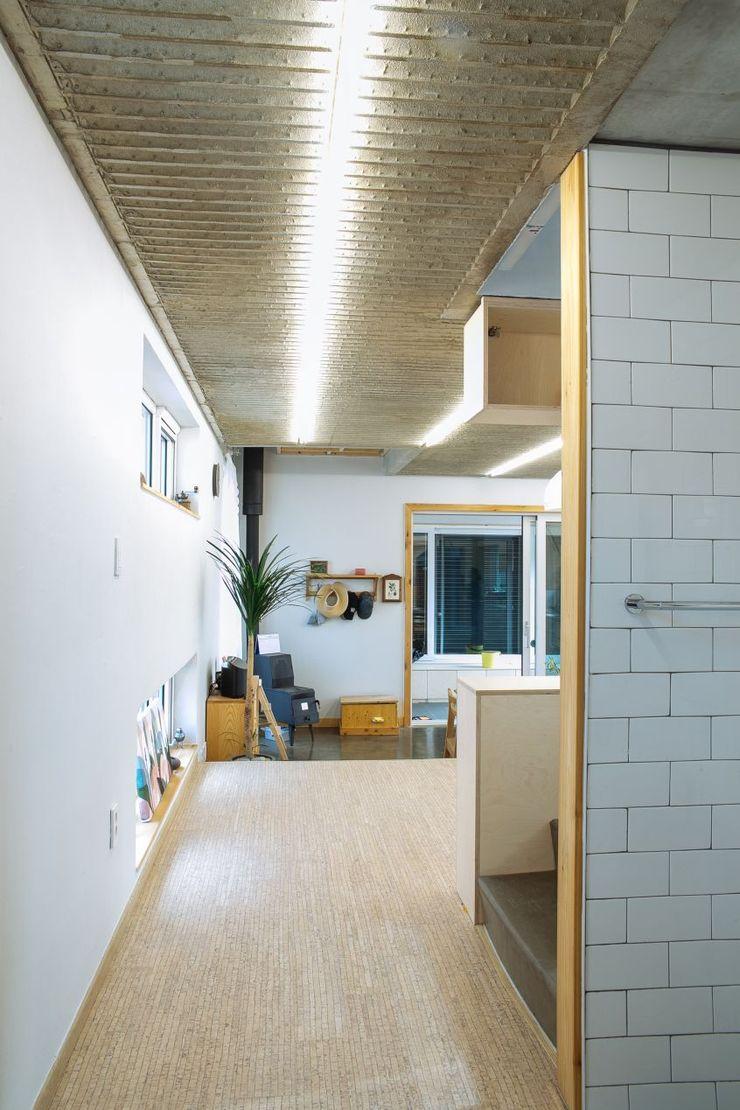 구름집 02-338-6835 Moderner Flur, Diele & Treppenhaus Beton Weiß