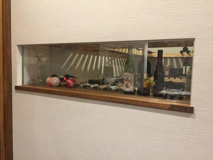 ワインセラーを見る 合同会社 栗原弘建築設計事務所 モダンなレストラン 木 白色
