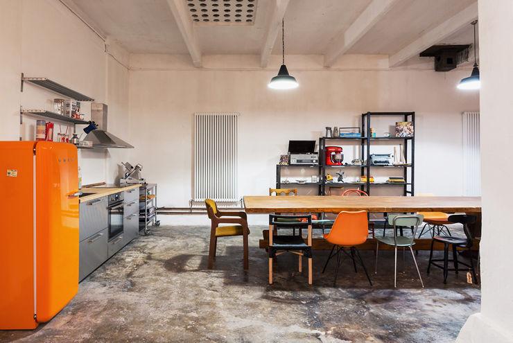 NOMADE ARCHITETTURA E INTERIOR DESIGN Salas de entretenimiento de estilo industrial