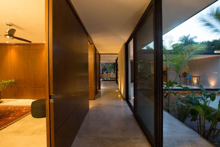 FGO Arquitectura Modern corridor, hallway & stairs Wood