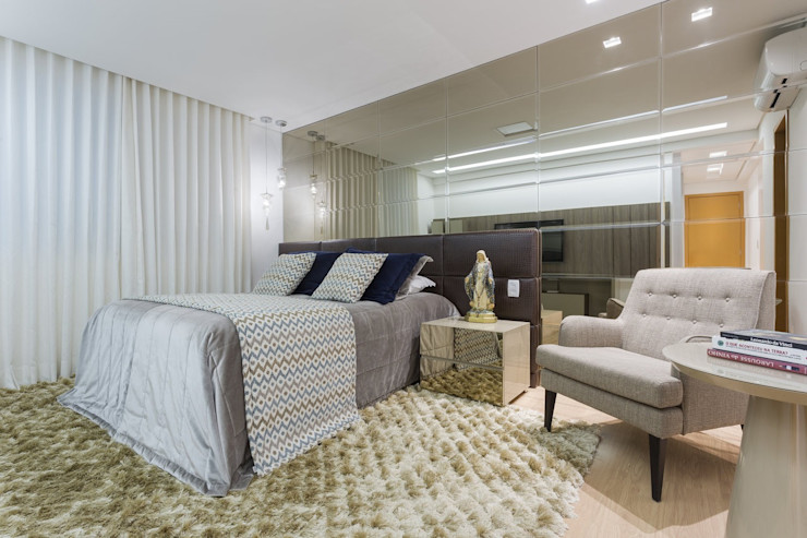 JANAINA NAVES - Design & Arquitetura Eclectic style bedroom MDF Amber/Gold