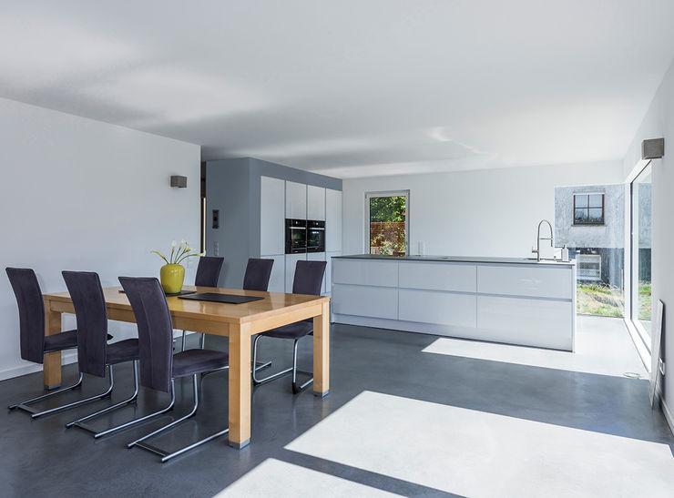 KitzlingerHaus GmbH & Co. KG Modern Dining Room Engineered Wood White