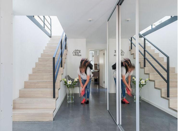 KitzlingerHaus GmbH & Co. KG Modern Corridor, Hallway and Staircase Engineered Wood White