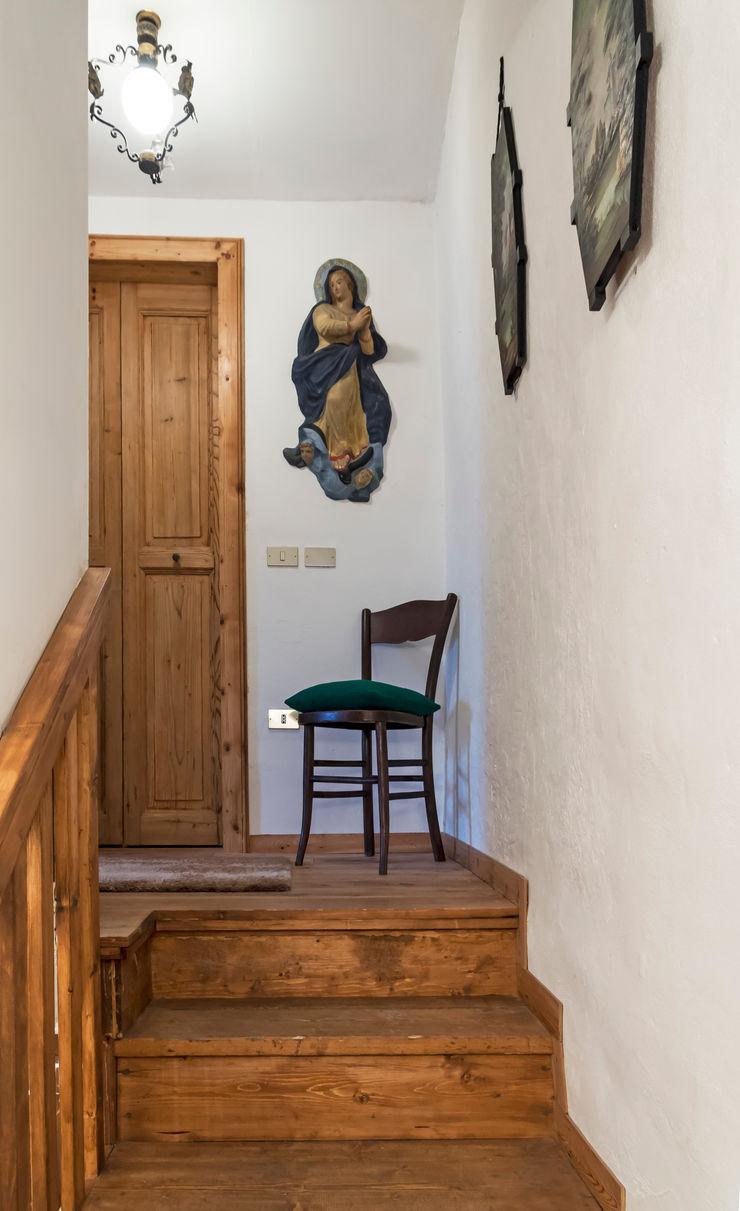 L'Antica s.a.s. Modern corridor, hallway & stairs