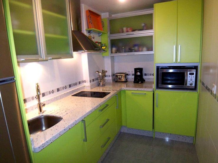 Cocina verde pistacho homify Cocinas de estilo tropical Compuestos de madera y plástico Verde