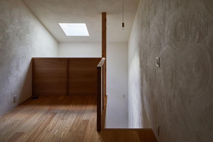 一級建築士事務所 こより Modern style media rooms Multicolored
