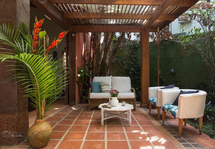 SET Arquitetura e Construções Tropical style corridor, hallway & stairs