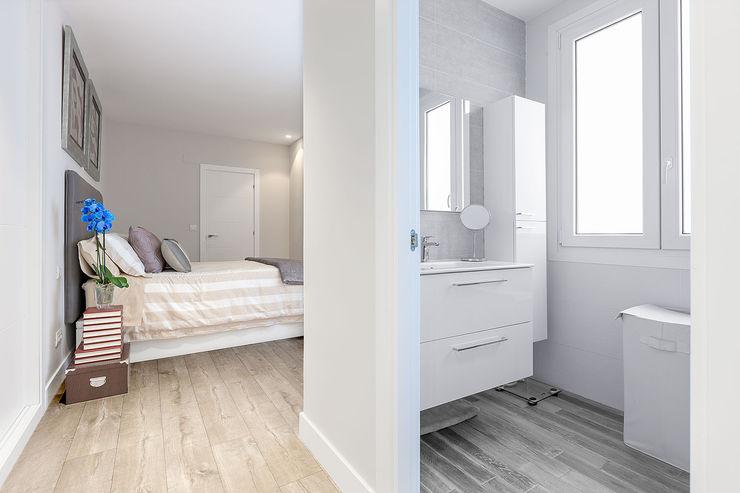 Dormitorio con baño incorporado Basoa Decoración Modern style bedroom
