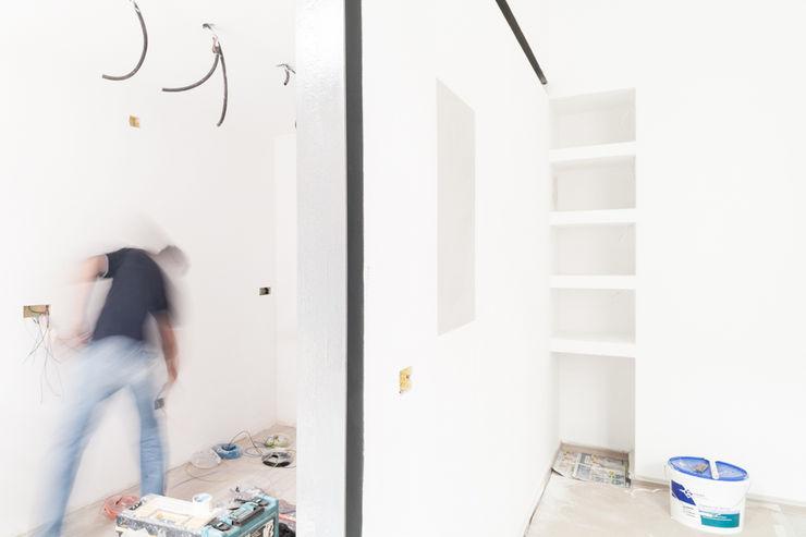particolare della cucina e del muro divisorio in fase di esecuzione M2Bstudio