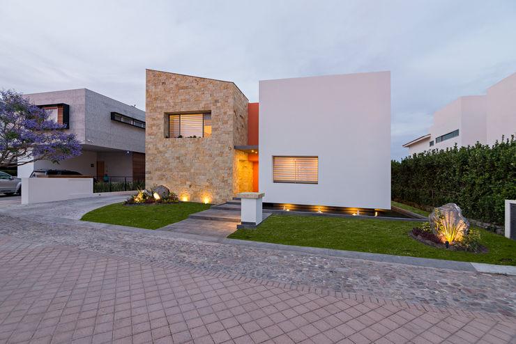 casa del parque /NUEVE CERO UNO/ espacio NUEVE CERO UNO Casas modernas Piedra Beige