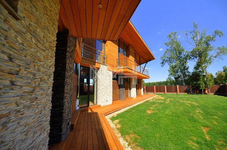 Дом из натуральных материалов в стиле хай-тек New Moscow House Балкон и терраса в стиле модерн