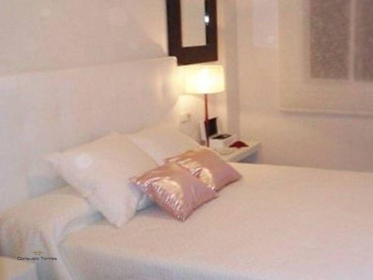 Dormitorio en blanco homify DormitoriosCamas y cabeceros Piel sintética Blanco