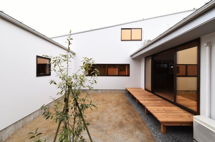 アウトドアが日常になる中庭を囲む家 加藤淳一級建築士事務所 モダンデザインの テラス 木