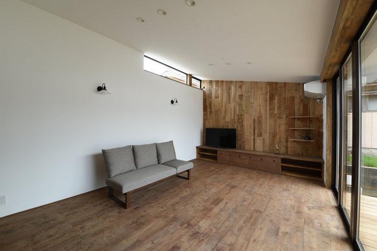 アウトドアが日常になる中庭を囲む家 加藤淳一級建築士事務所 モダンデザインの リビング 木