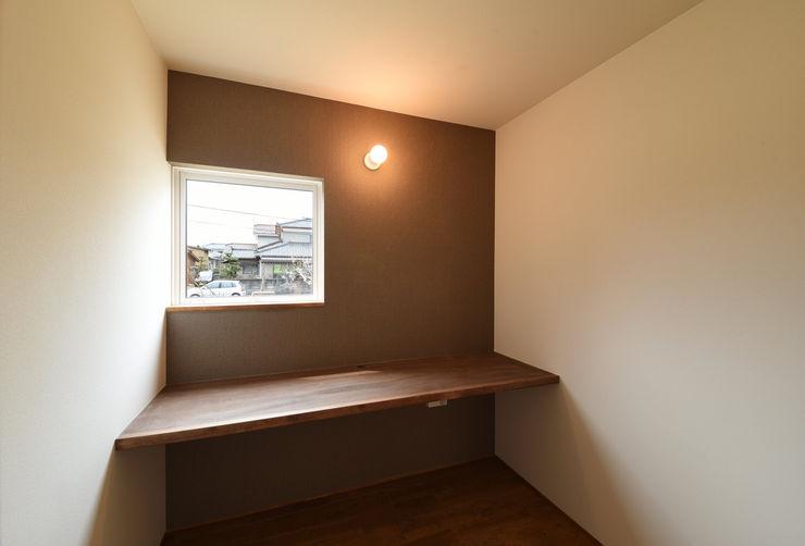 アウトドアが日常になる中庭を囲む家 加藤淳一級建築士事務所 モダンデザインの 書斎