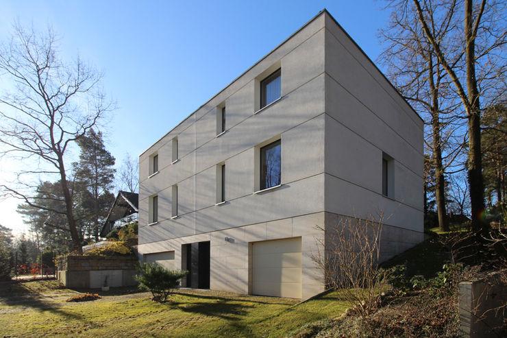 Zweifamilienhaus in Glienicke Alexander Paul Architekt Minimalistische Häuser Kalkstein Weiß