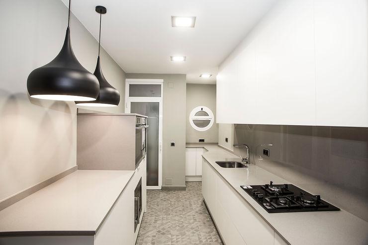 Cocina a dos frentes Grupo Inventia Cocinas modernas Compuestos de madera y plástico Blanco