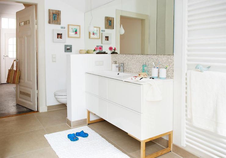 Waschtisch mit kleiner Wand optisch abgetrennt vom WC Birgit Knutzen Innenarchitektur Skandinavische Badezimmer Beige